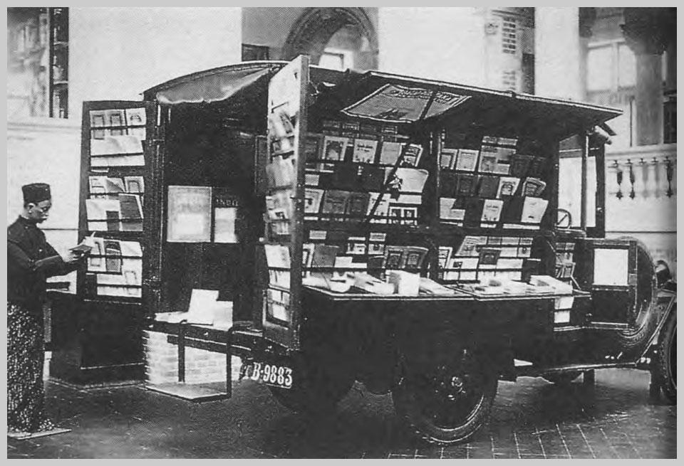 Een boekenauto van Volkslectuur