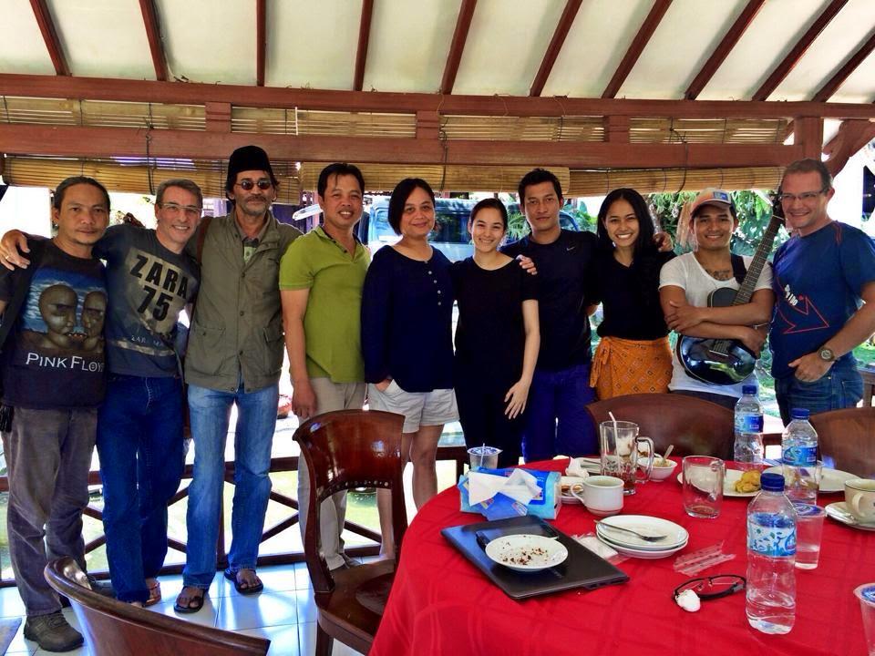 Met spelers en mensen van de productie