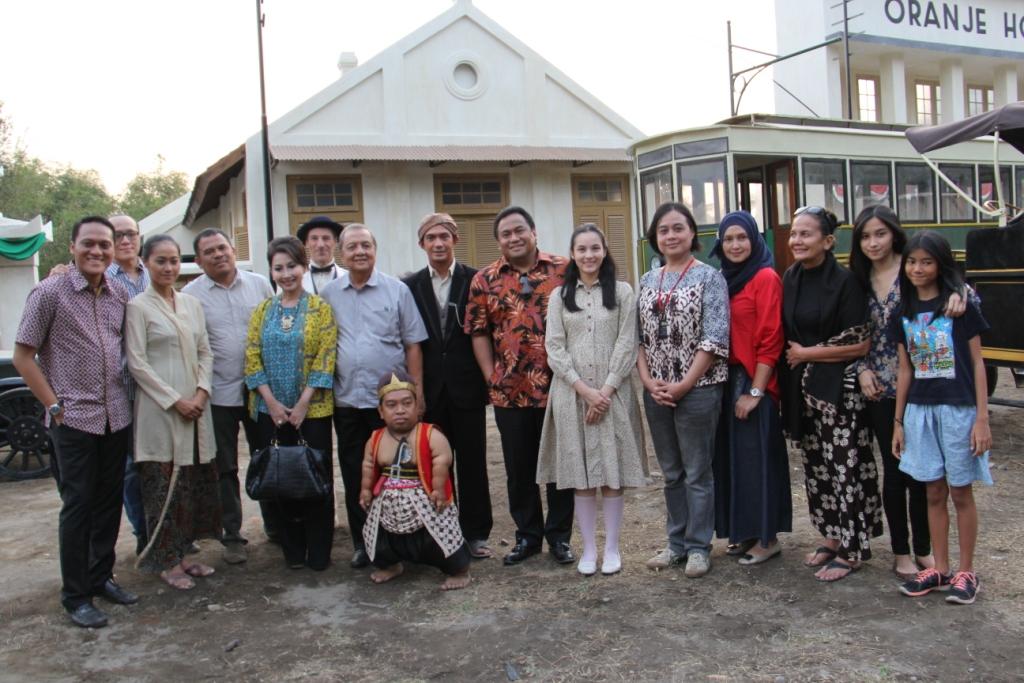 Samen met leden van de echte familie Tjokroaminoto, Garin Nugroho, acteurs en producenten