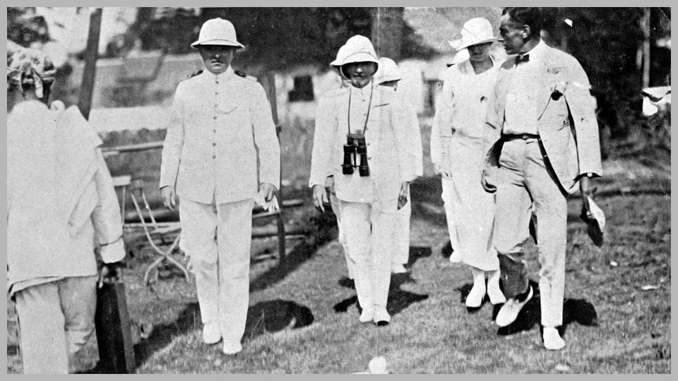 """De commandant van de """"Jules Ferry"""" arriveert in gezelschap van Vice admiraal Gooszen en Dr. Rinkes, voorzitter van de Bataviasche Jacht Club op het terrein van de wedstrijden."""
